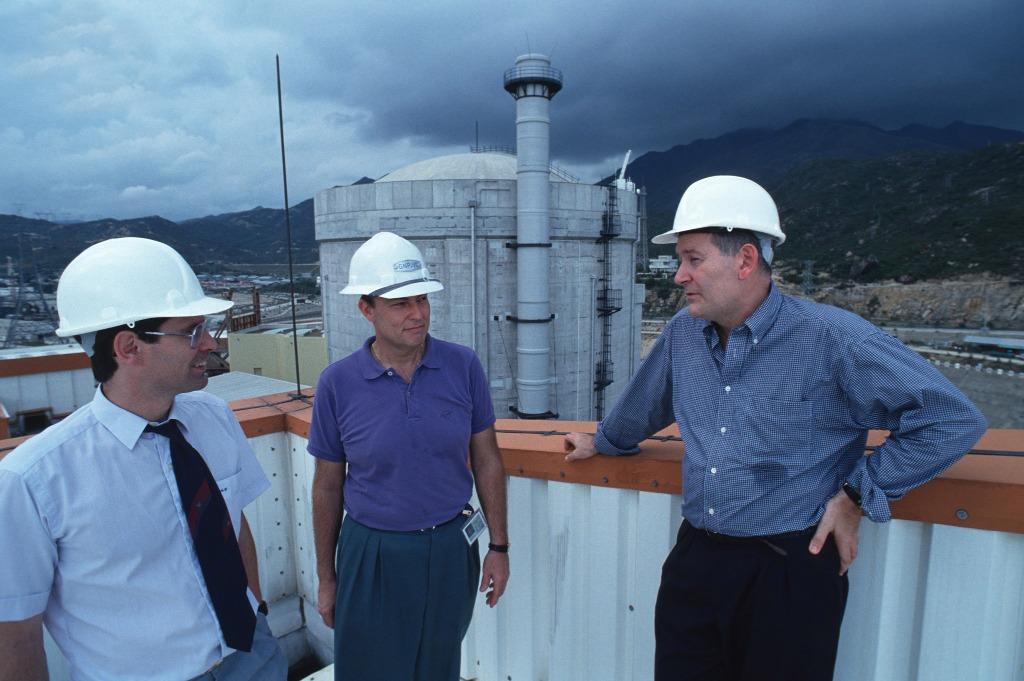 建築公司EDF的法國工程師,背景是每年發電約140億千瓦的大亞灣核電站。(圖片來源:Getty)