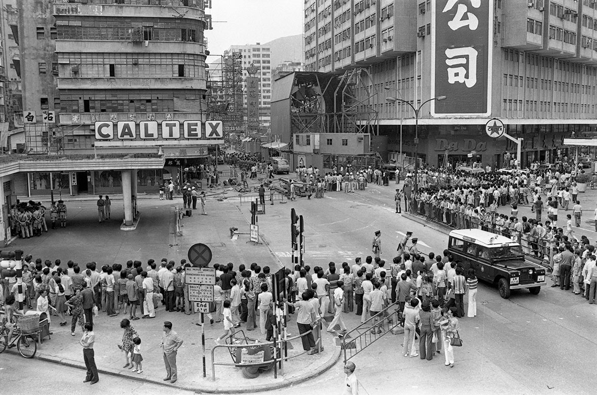 1979年12月16日,地下鐵線延長至尖沙咀,期間沿線旺角站和油麻地站遇上不同程度困難,阻礙工程,要到12月底才加入服務。圖為1977年彌敦道一帶。(圖片來源:Getty)
