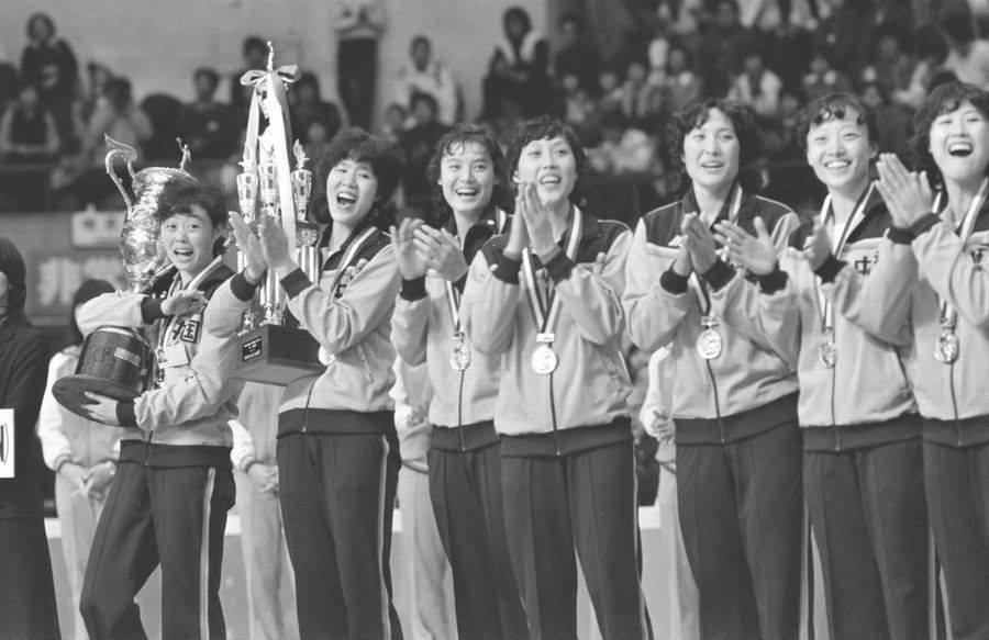 1981年,中國女排是在日本大阪,打敗衛冕的東洋魔女日本女排,贏得第三屆女子排球世界杯。女排贏得第一個世界冠軍,對提升整個民族的自信和榮譽有其歷史意義。(網上圖片)