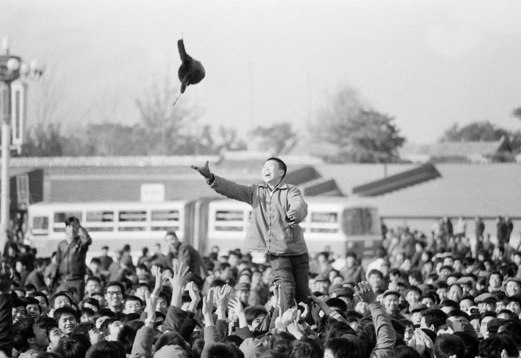 1981年11月北京,中國女排第一次贏得世界杯時,大批民眾到天安門廣場歡呼慶祝,當時中國女排的勝利鼓舞了中國人民的信心與豪情。(圖片來源:人民視覺)
