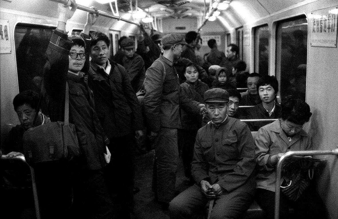 1979年10月乘搭北京地鐵的工人。(圖片來源:Getty)