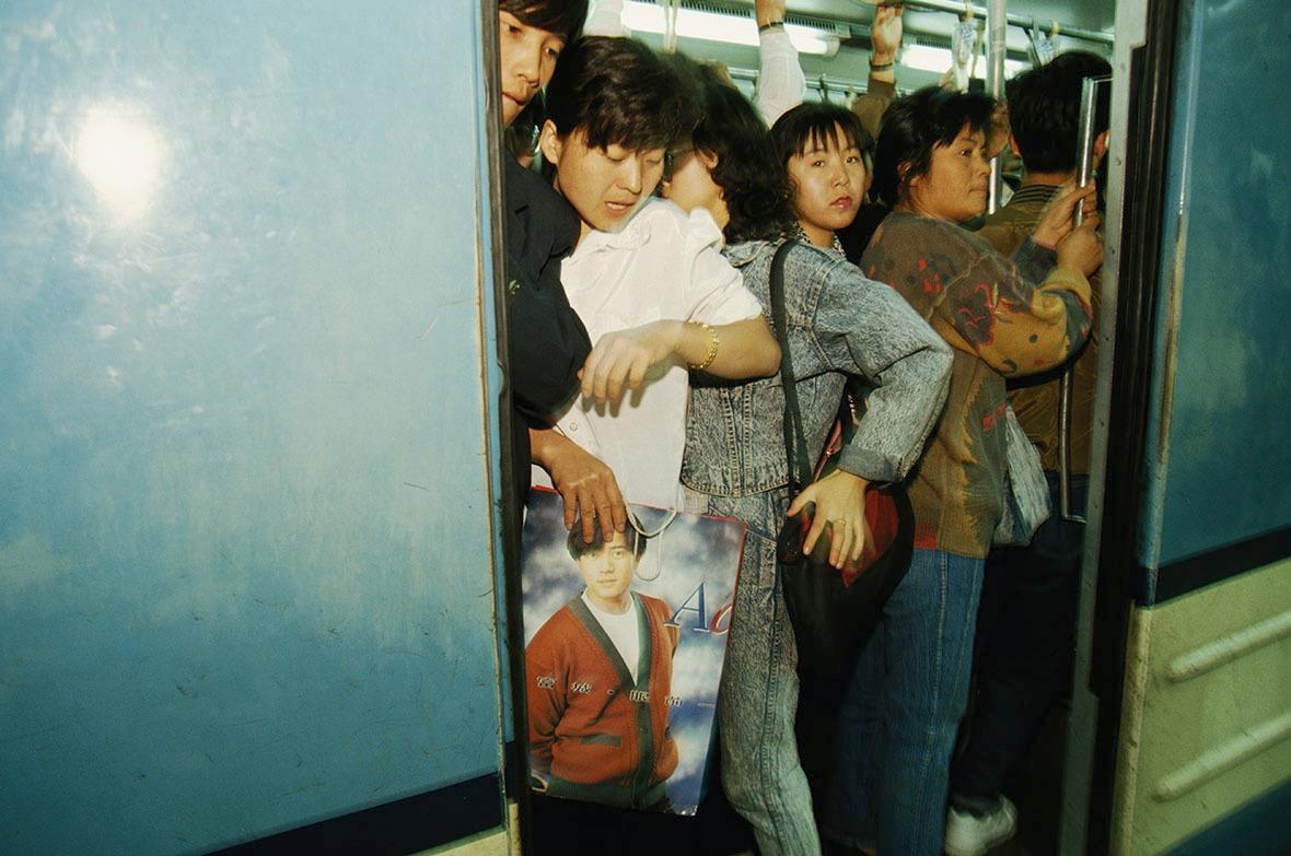 1993年,北京市民擁擠在一列繁忙的地鐵上。(圖片來源:Getty)