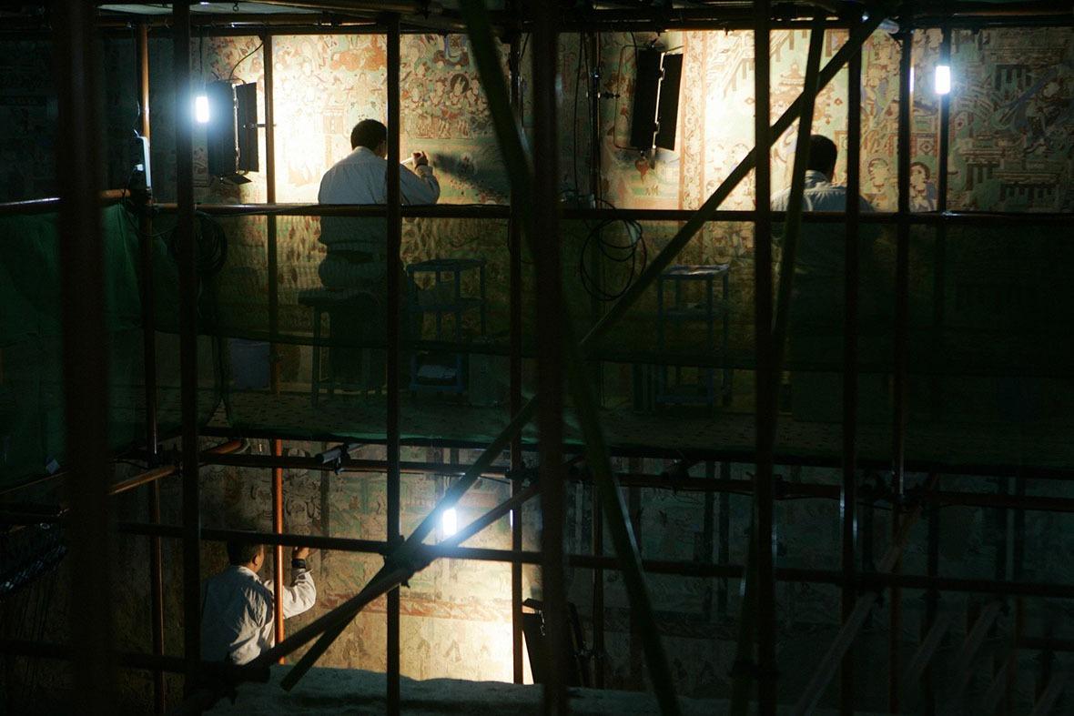要完整保育一個洞窟並不簡單,一個20平方米洞窟壁畫的複製,需要6個人不間斷地工作2至3個月才能完成。(圖片來源:Getty)