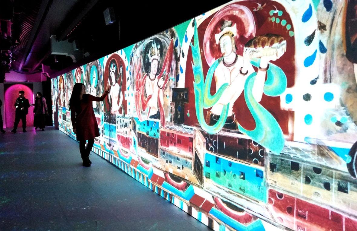 經過數碼化後展現的壁畫,可以讓遊客親手接觸,又不會損害壁畫。(網上圖片)