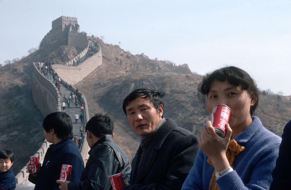 1987年,遊客悠閒地喝可樂,飽覽長城風光。(圖片來源:Getty)
