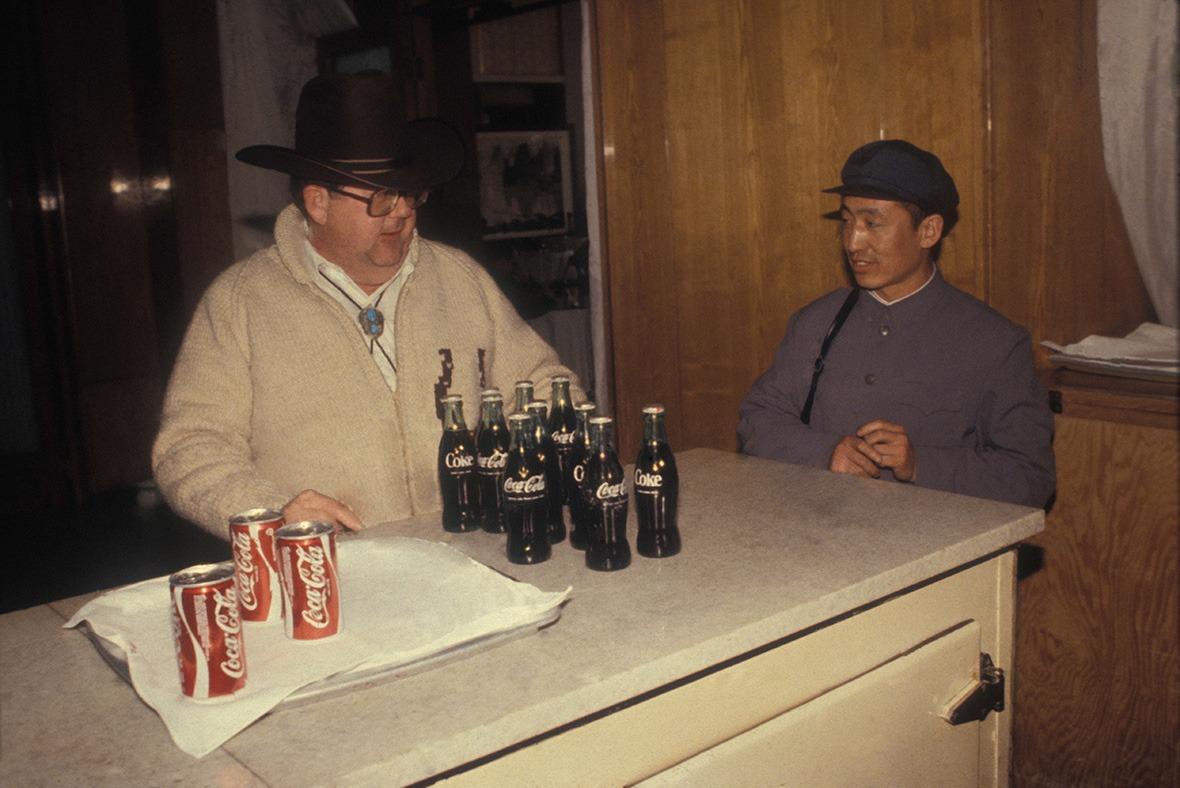 可口可樂進入中國初期僅在飯店和旅遊商店發售,主要賣給外國人。(圖片來源:人民視覺)