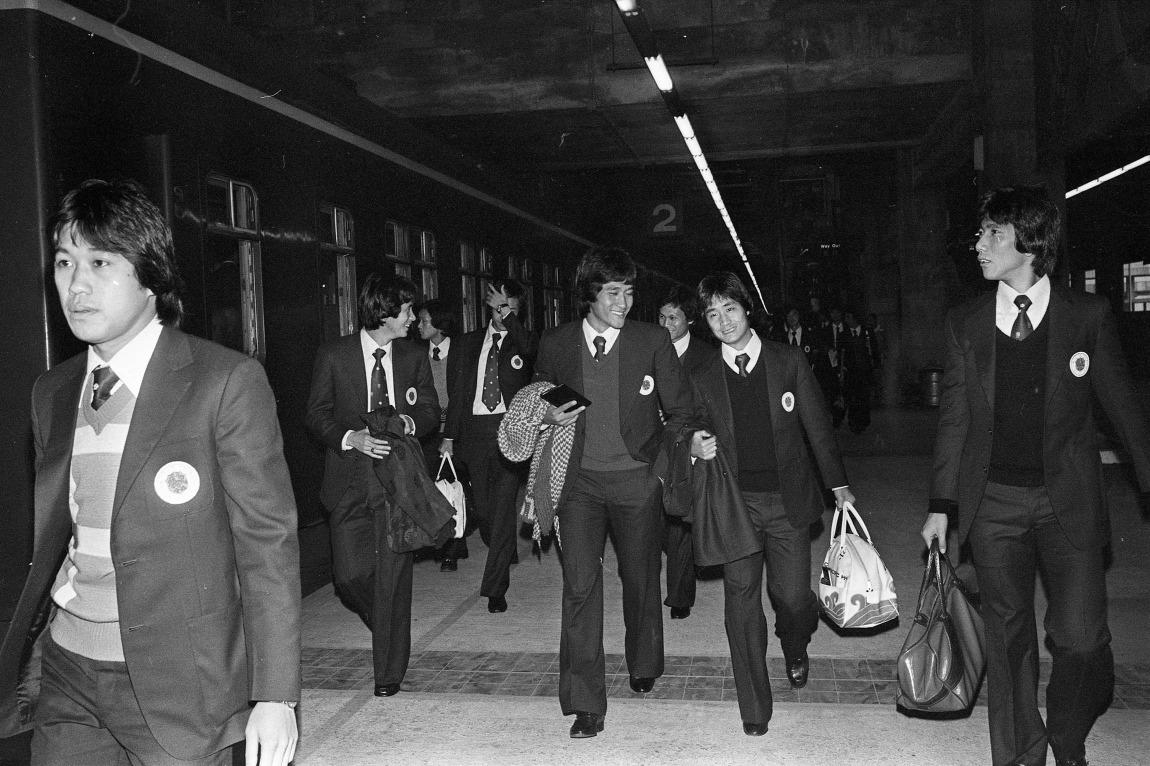 七、八十年代知名足球員尹志強(右四)、梁能仁(右二)和蔡育瑜(右一)當年亦有代表香港出戰。(網上圖片)