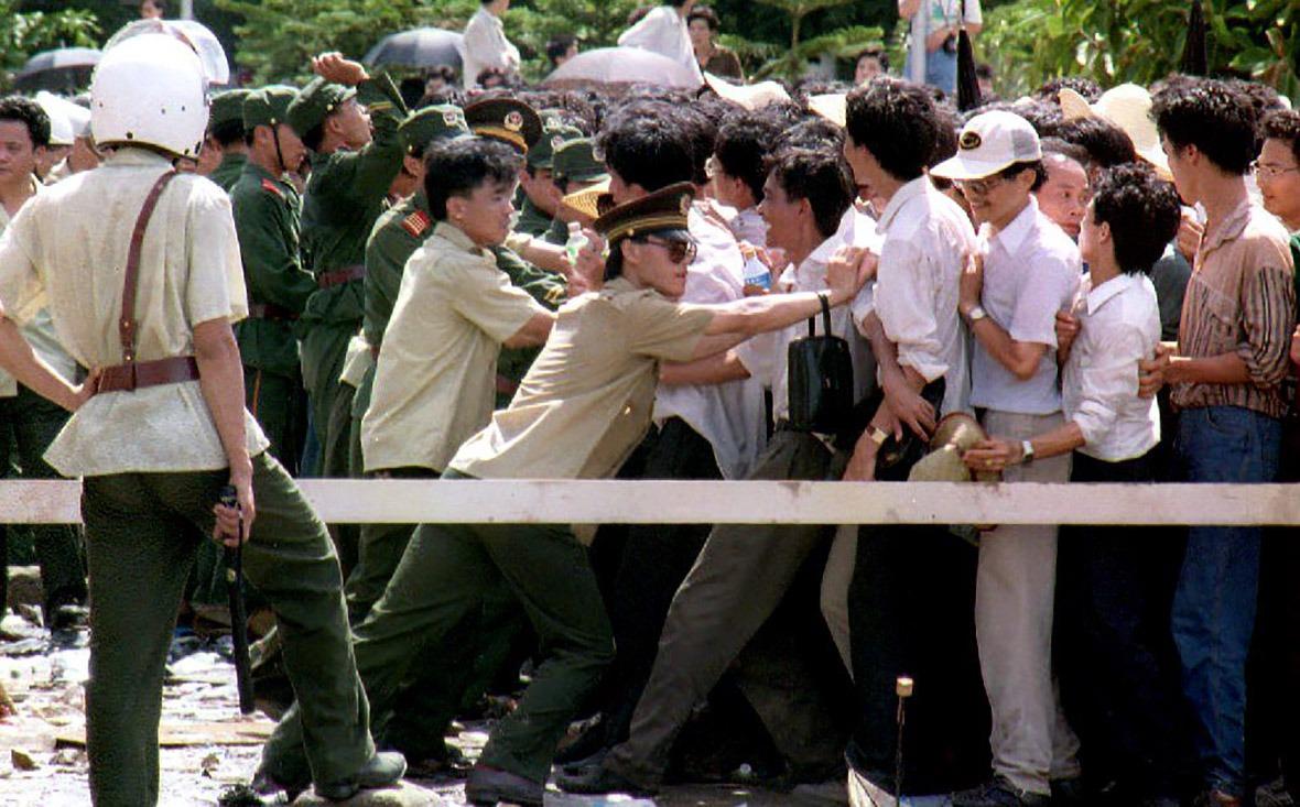 幾千名未能購得抽籤表的股民聚集,打出反腐敗的標語,抗議徇私舞弊行為。(圖片來源:Getty)