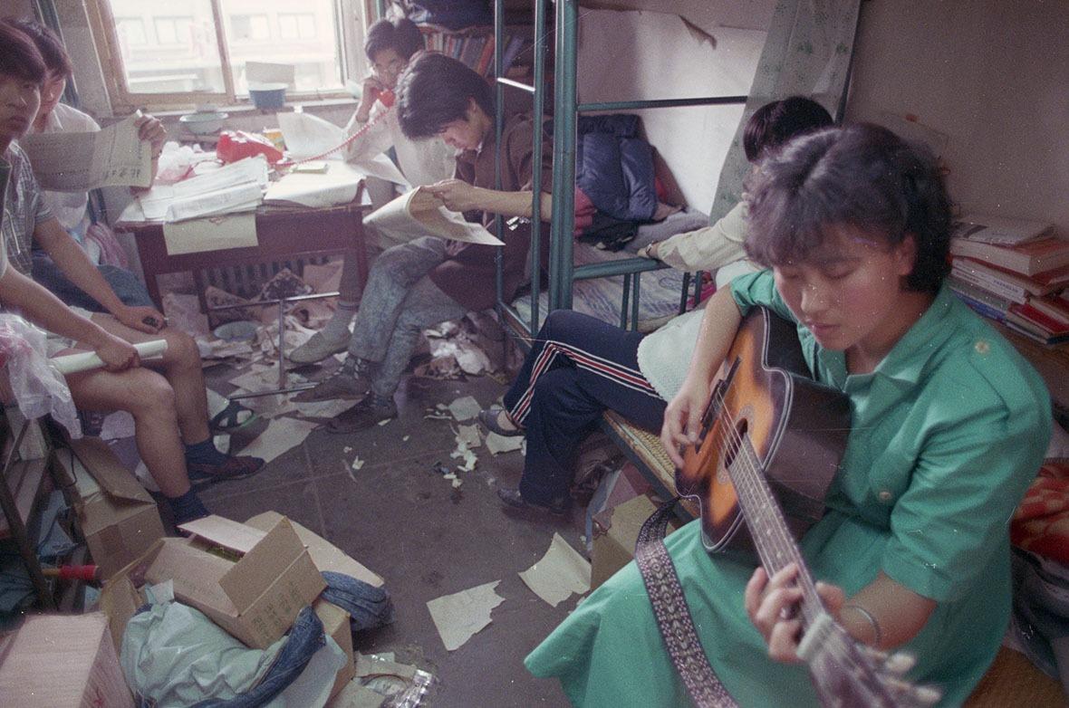 80年代改革開放,西方及港台文娛風氣悄然進入內地,彈結他成為大學生們最喜歡的文藝潮流玩意。  (圖片來源:Getty)