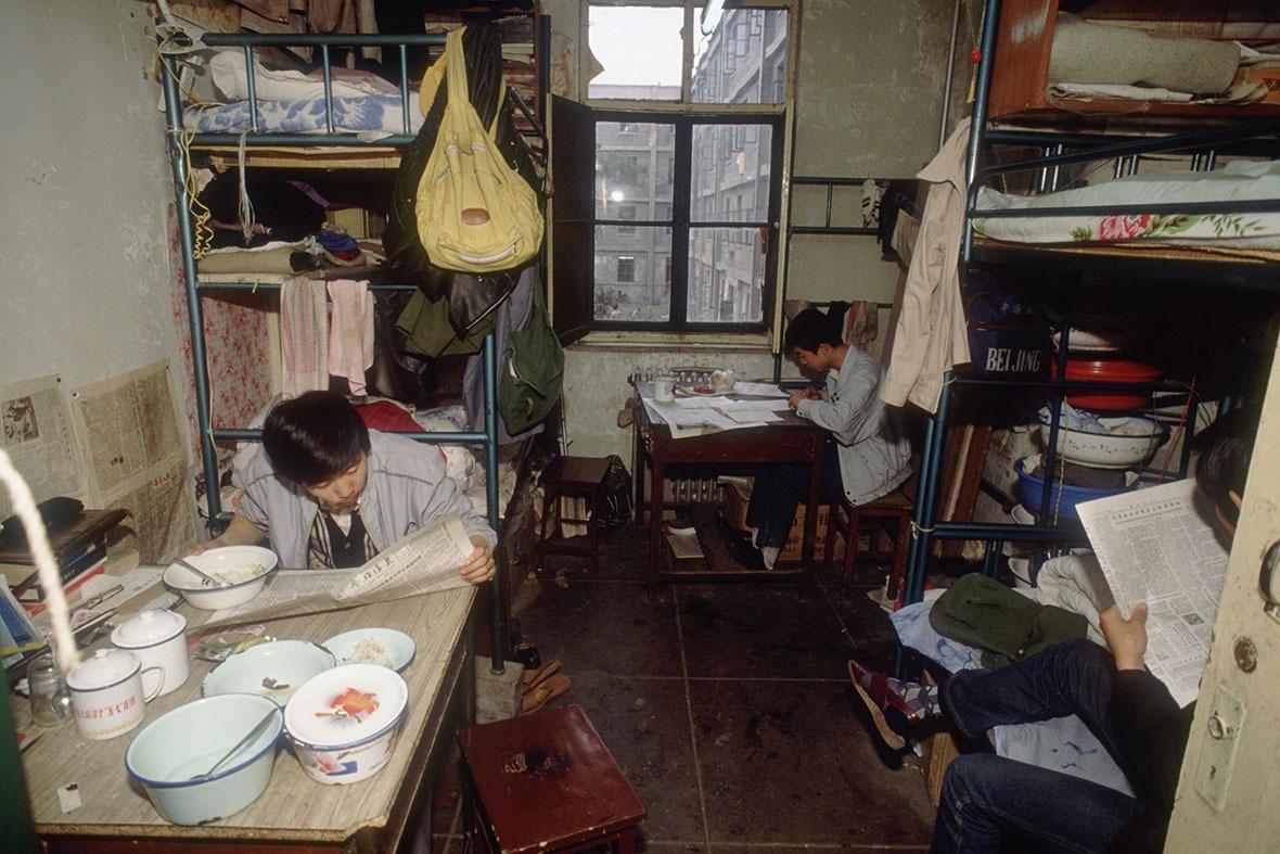 改革開放時的大學宿舍充滿書卷氣息,學生一有時間便會拿起書本報紙翻閱,充實自己。(圖片來源:Getty)