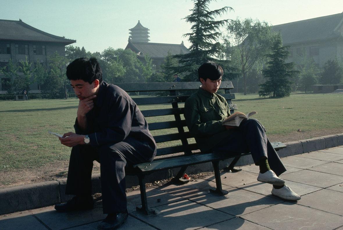 改革開放後,在校園四周都有捧着書本細味閱讀的學生。(圖片來源:Getty)