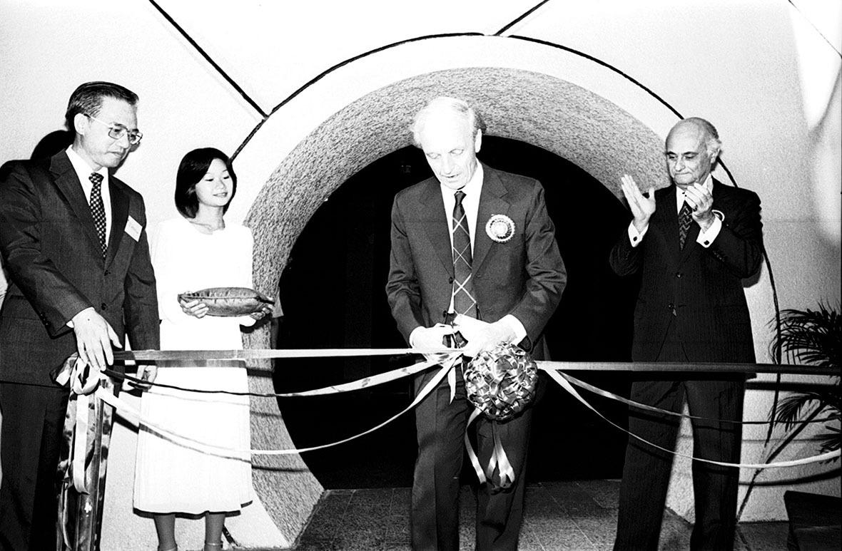 1980年,時任布政司姬達(中)為太空館剪綵,市政局主席干沙利士(右)陪同。(圖片來源:Getty)