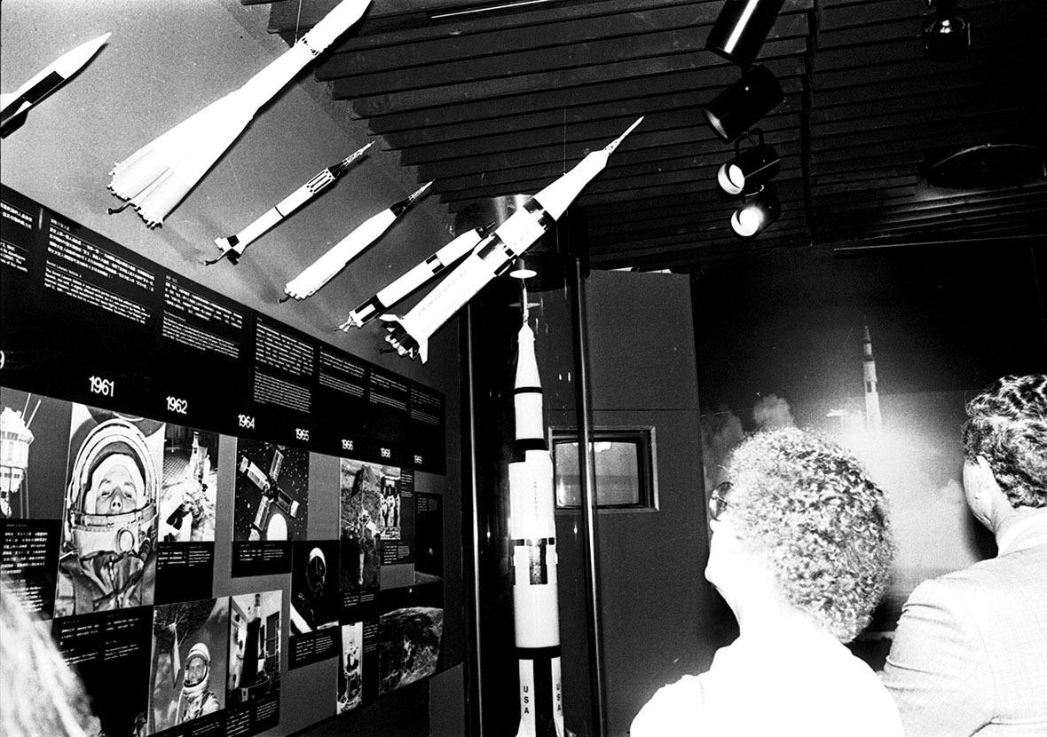 開幕當天,旅客對天文展品,嘖嘖稱奇。(圖片來源:Getty)