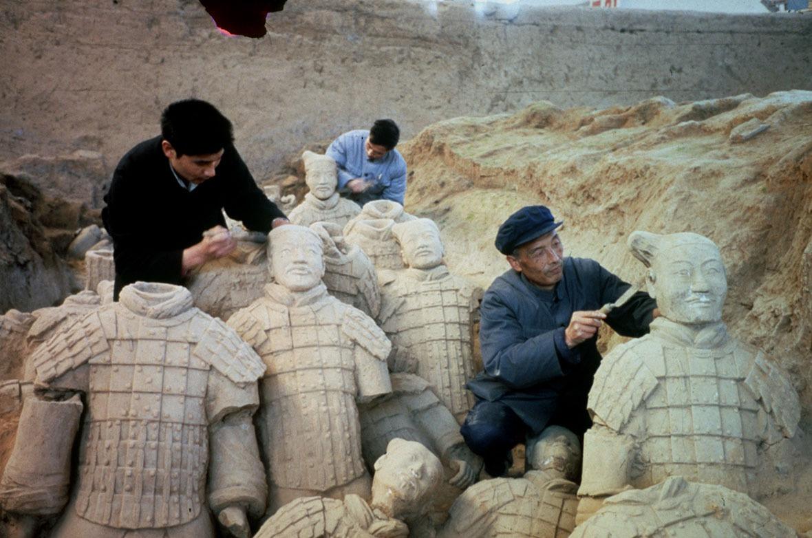 陶製兵馬俑在坑道中排列陣勢,每個臉容都不盡相同。