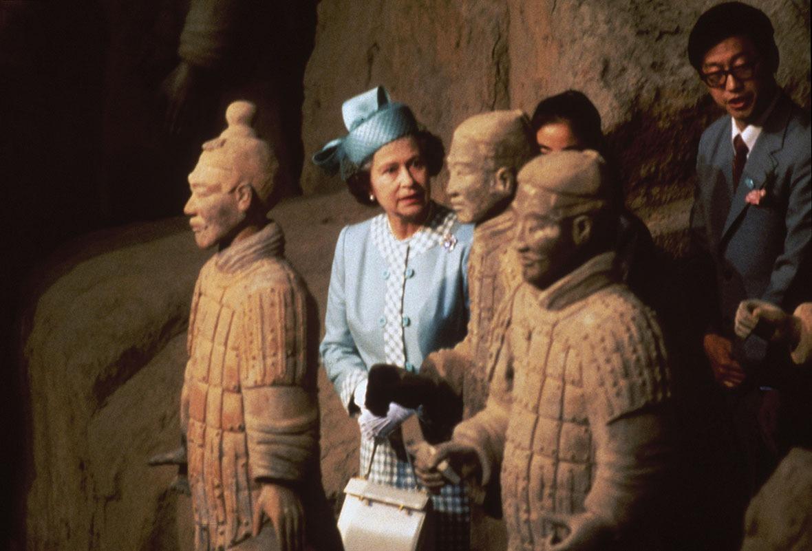 1986年英女皇伊利沙伯二世訪華時,亦有參觀兵馬俑。
