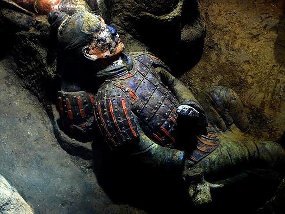 最初兵馬俑身上有着紅、藍、金、粉色的彩繪,如今這大部分的顏色已經氧化。