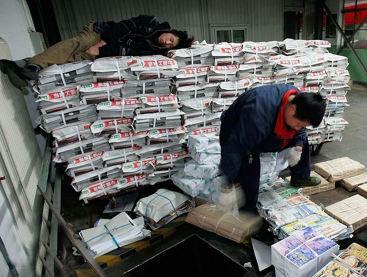 發行人員等候把報紙運上貨車,分發到不同銷售地點。(圖片來源:getty)