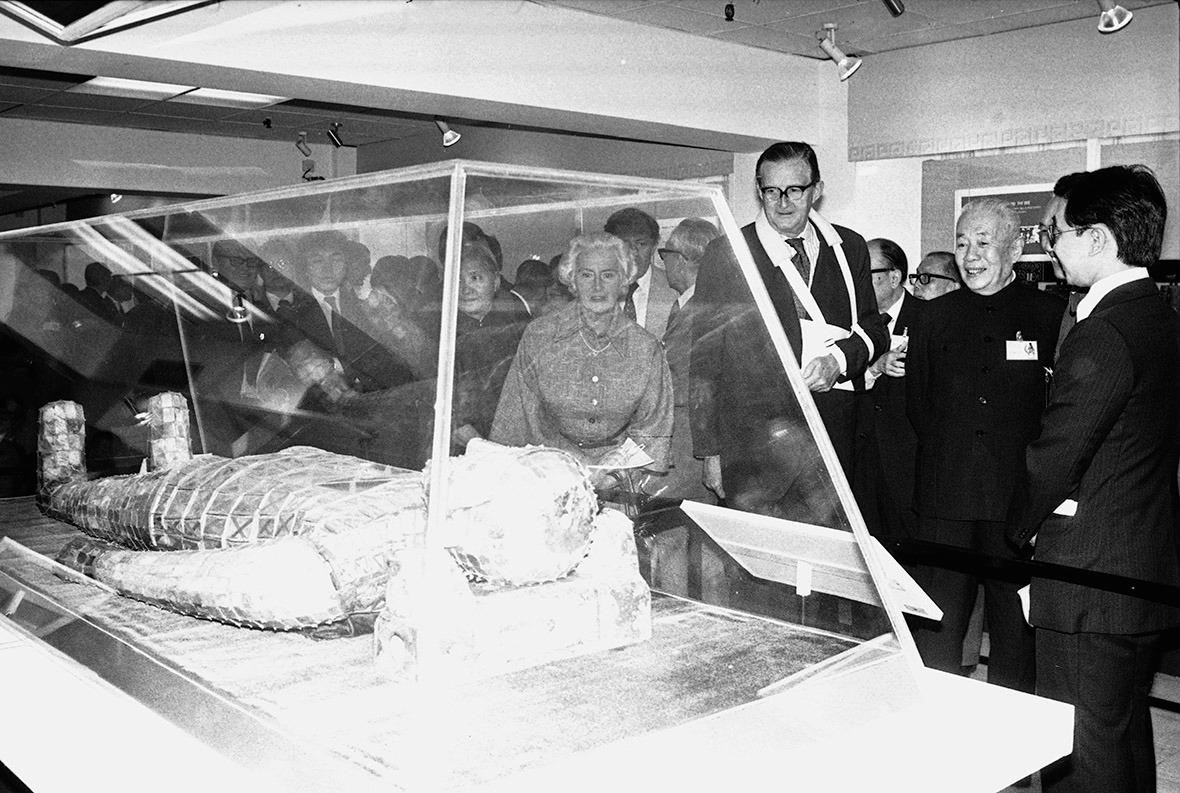 港督麥理浩(右三)也有參觀展覽。
