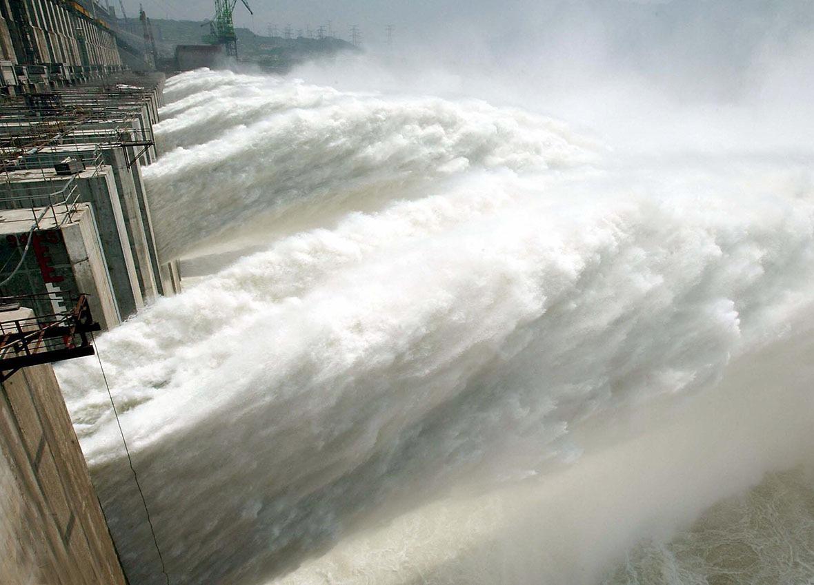 三峽大壩不但可以抵擋萬年一遇的洪峰,大壩的混凝土還保證500年不變形。