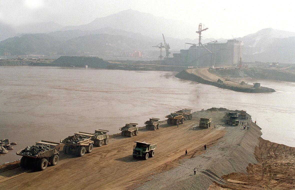 當年修建大壩需要將長江截流,但因為要保證長江的的航運暢通,因此截流工程分了三期進行,保證不影響江水的流動。