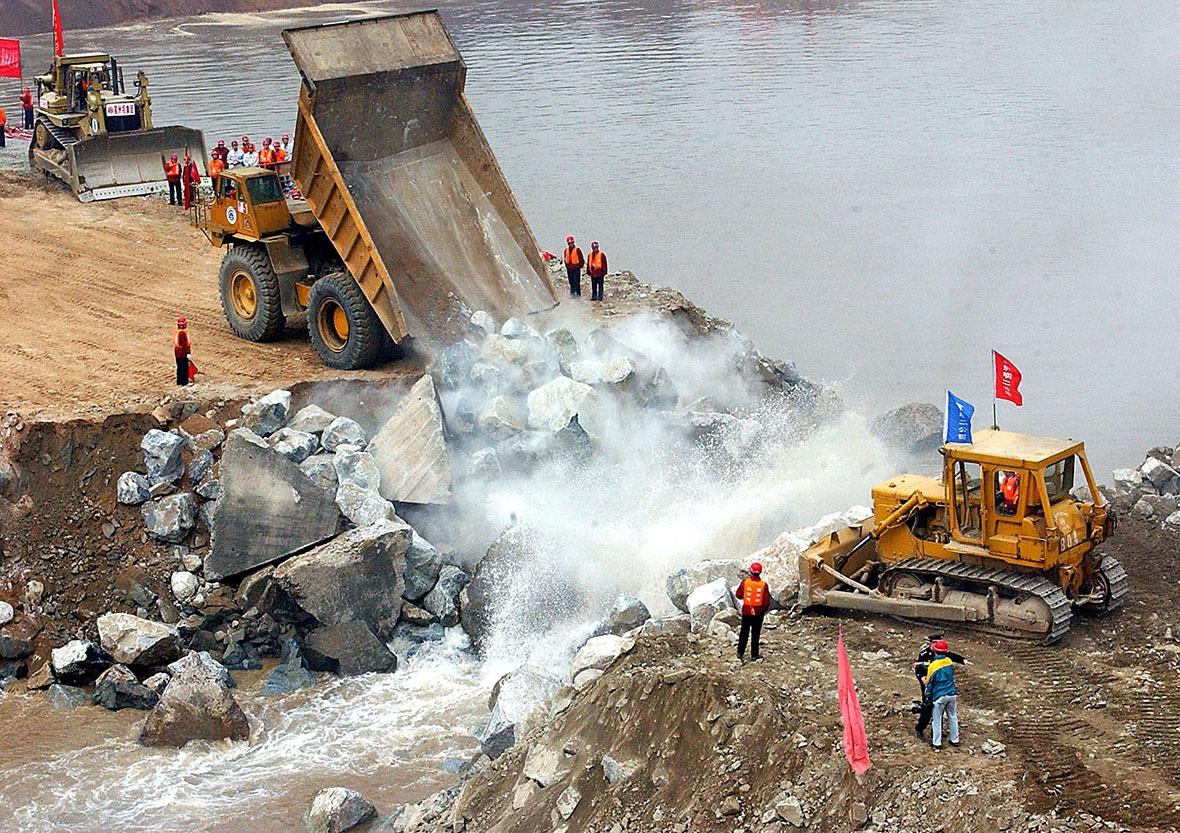 在2002年11月6日上午9时48分,當卡車向三峽導流明渠龍口傾倒了最後一批石料,江水被成功阻隔之後,正式代表長江三峽工程截流成功。(圖片來源:Getty)