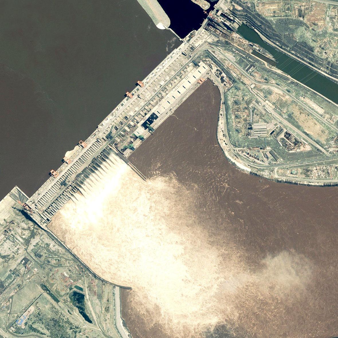 為了解決截流的問題,當時的科研團隊提出了一個「人造江底,深水變淺」的理念,成功讓三峽工程開展。