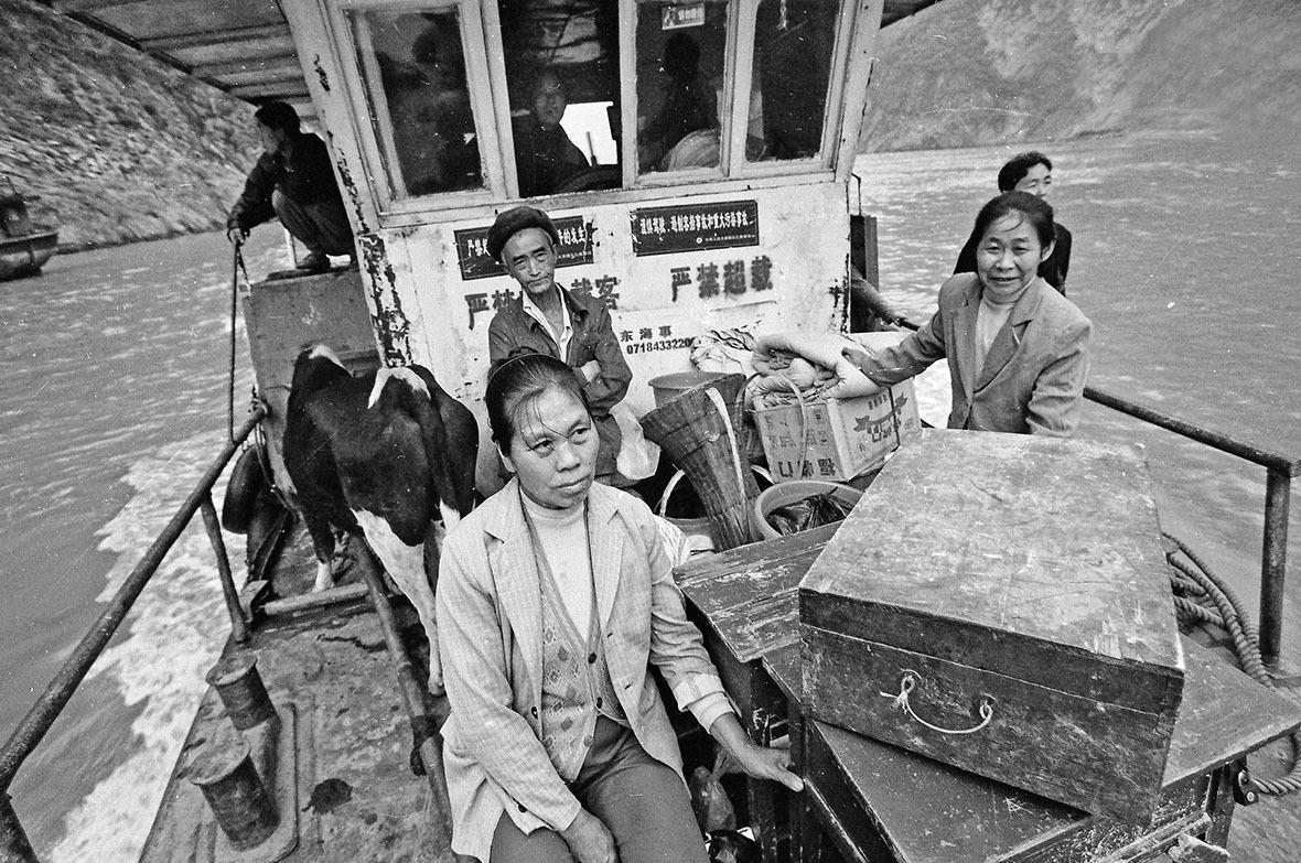 湖北恩施土家族苗族自治區的居民,帶上家中所有物品,坐船搬遷到距離他們家鄉只有10公里的定居點。
