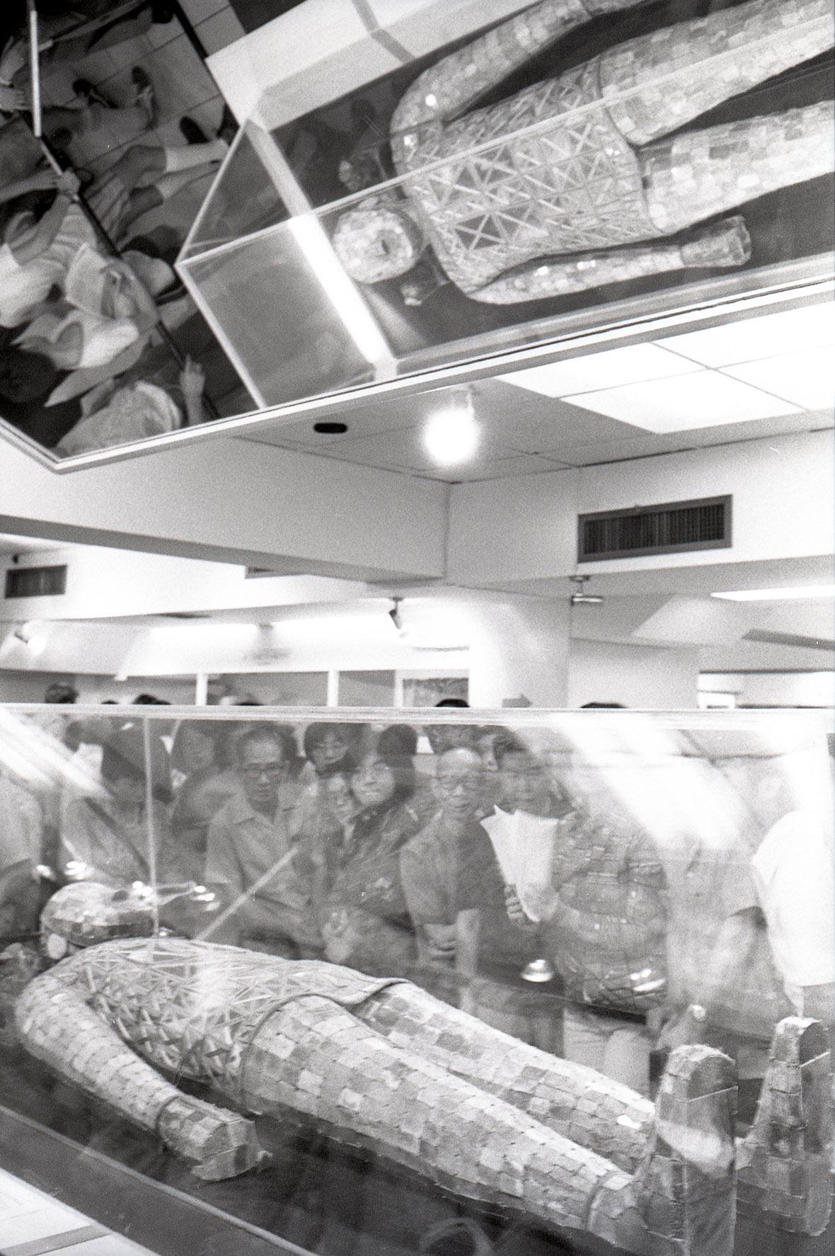 天花的鏡子讓參觀者多角度細看金縷玉衣的全貌。
