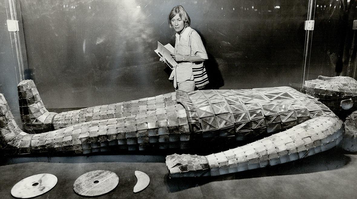 滿城漢墓的金縷玉衣至今已是出國次數最多的「民族服裝」。圖為1973年加拿大。