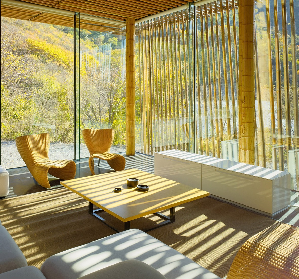 「長城腳下的公社」是中國旅遊熱點,身處竹屋,光線伴隨太陽升降,從不同位置穿透屋內,每分每秒都是獨特光景。(圖片來源:人民視覺)