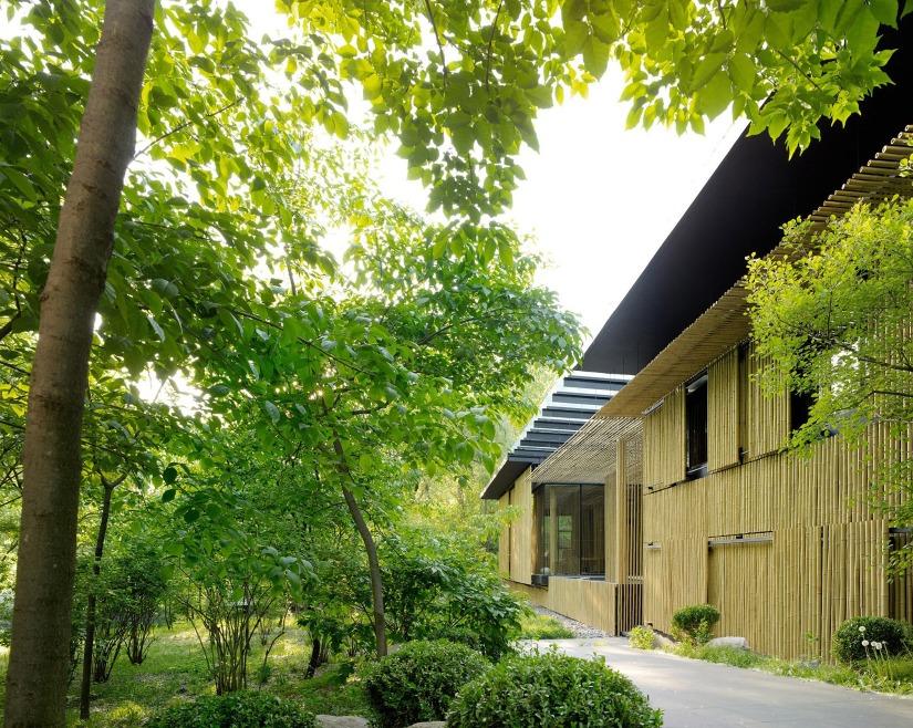 著名日本建築師隈研吾把兒時記憶中的竹林、在中國象徵正直高尚和氣節的竹子打造成「竹屋」。