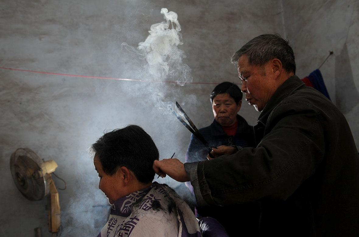 中國一些地方仍保留火鉗燙髮的手藝。