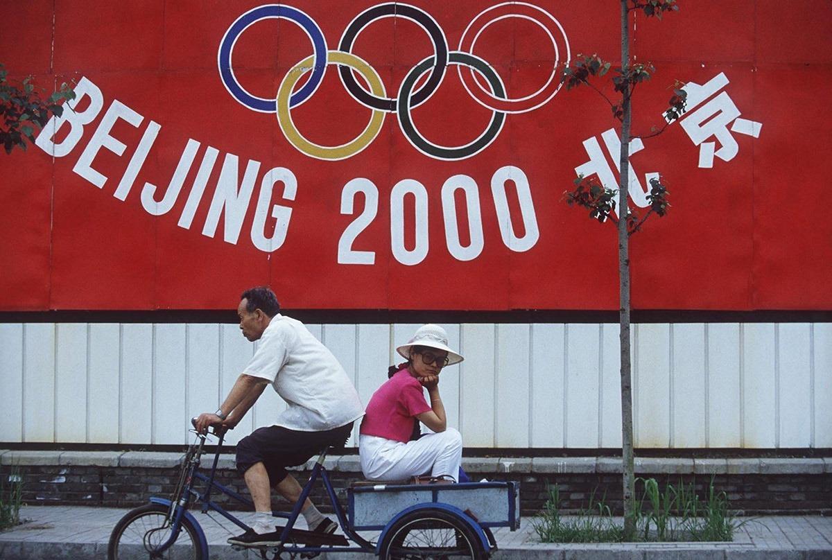 1993年北京街頭展示著申辦2000年奧運的宣傳海報。