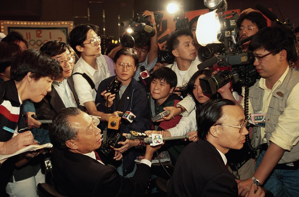 1993年中國失落舉辦北京奧運的資格,大批傳媒蜂擁採訪。
