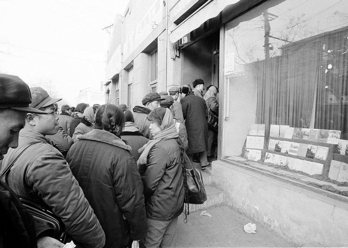1979年北京一間書店門外貼上「英文課本現在有貨」的字句,吸引大批市民排隊輪候購買。