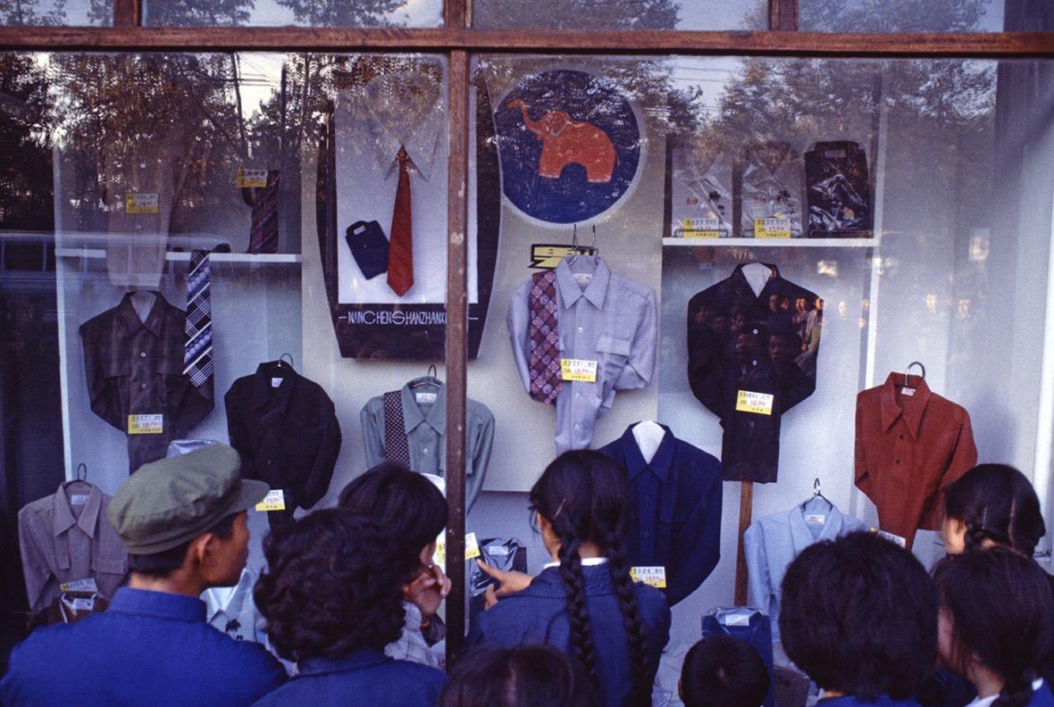 1978年11月,上海時裝商店的櫥窗裏,展示著第一批來到中國的領帶。