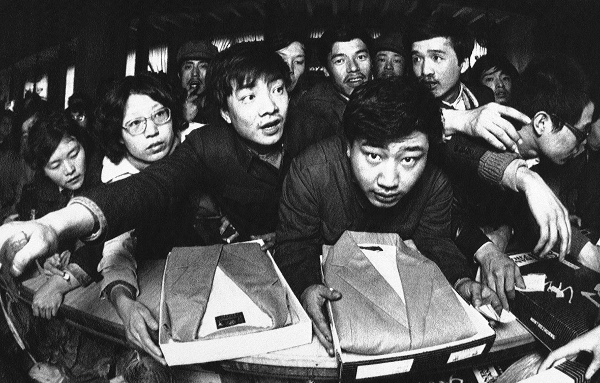 1984年,大批市民擠在西服櫃檯前搶購。