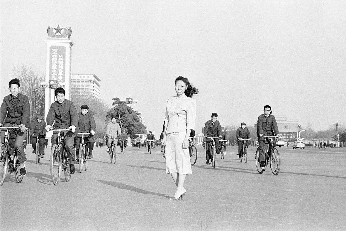 1979年,年輕的中國模特兒穿著連衣裙在天安門廣場拍照。