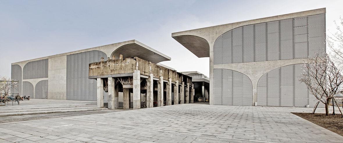 龍美術館(西岸館)保留舊日的煤漏斗,建築以「傘拱」結構支撐,從側面看,就像一把把打開的雨傘,把混凝土方盒撐起。