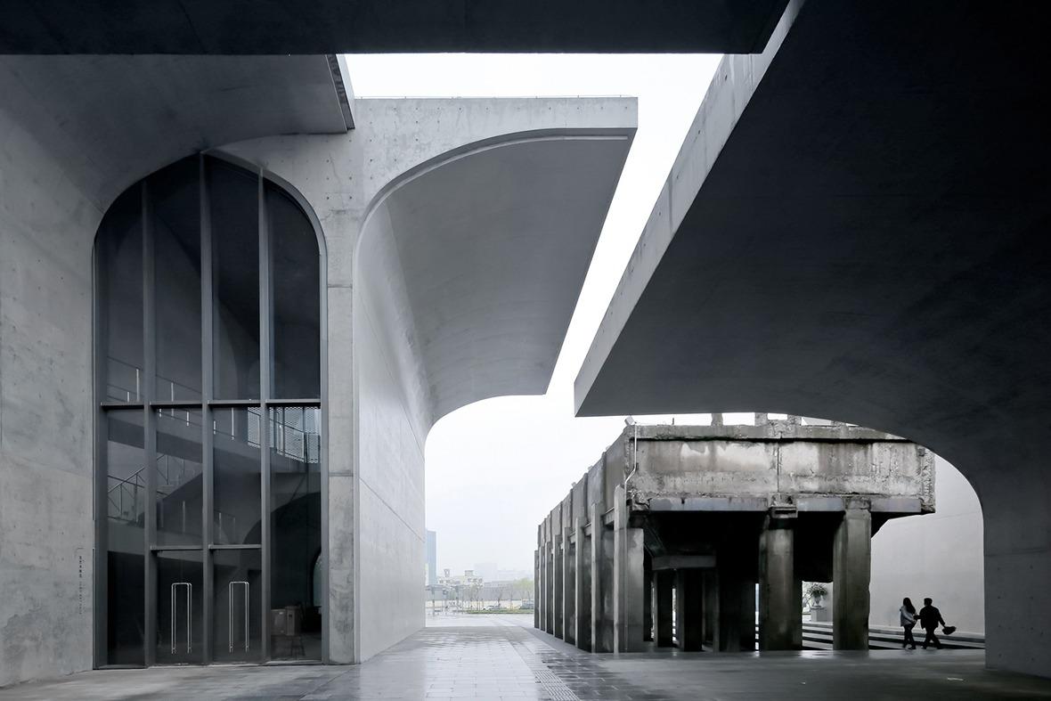 龍美術館(西岸館)為柳亦春摘下英國《建築評論》雜誌的新銳建築獎、《福布斯》中國最具影響力設計師30強及2019年《城市‧環境‧設計》年度建築師獎等殊榮。