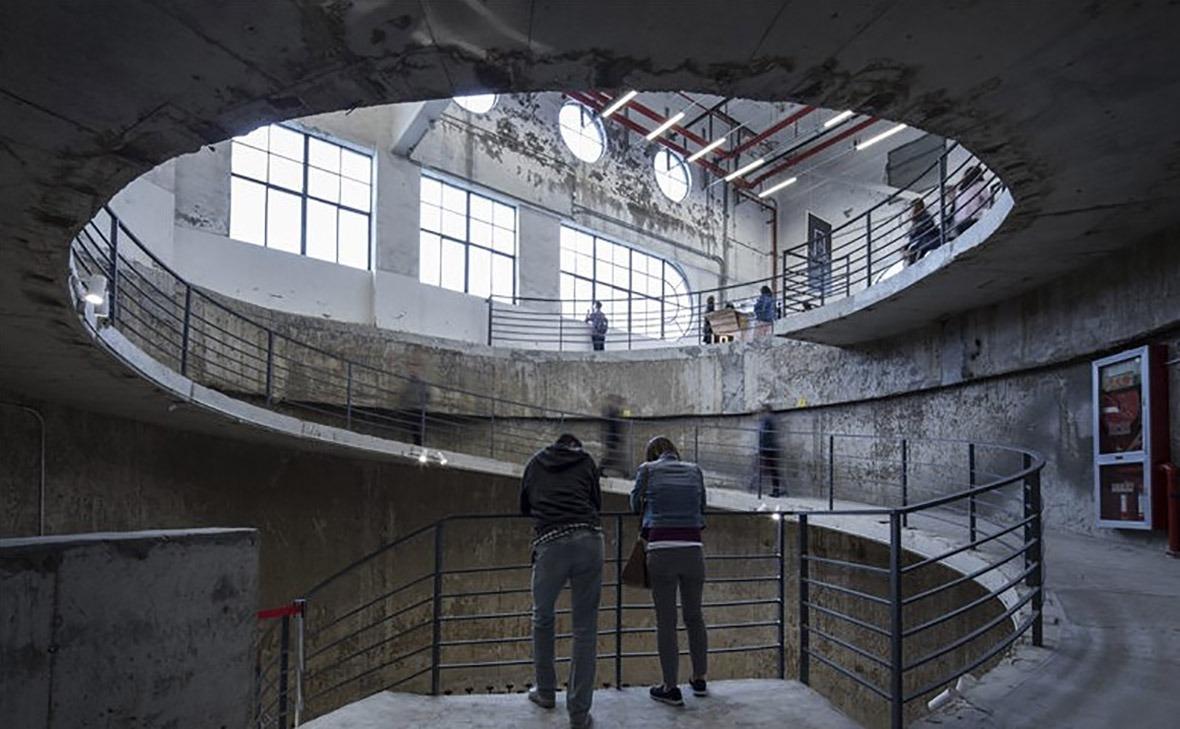 8萬噸筒倉內連接頂層的螺旋坡道。