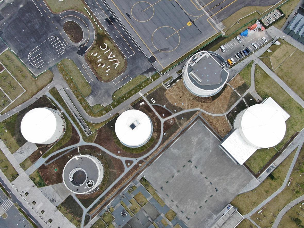 上海油罐藝術公園的鳥瞰圖,5個舊機場的油罐按「傳承歷史文化,延續城市文脈、保留工業遺存」的宗旨保留。(圖片來源:人民視覺)