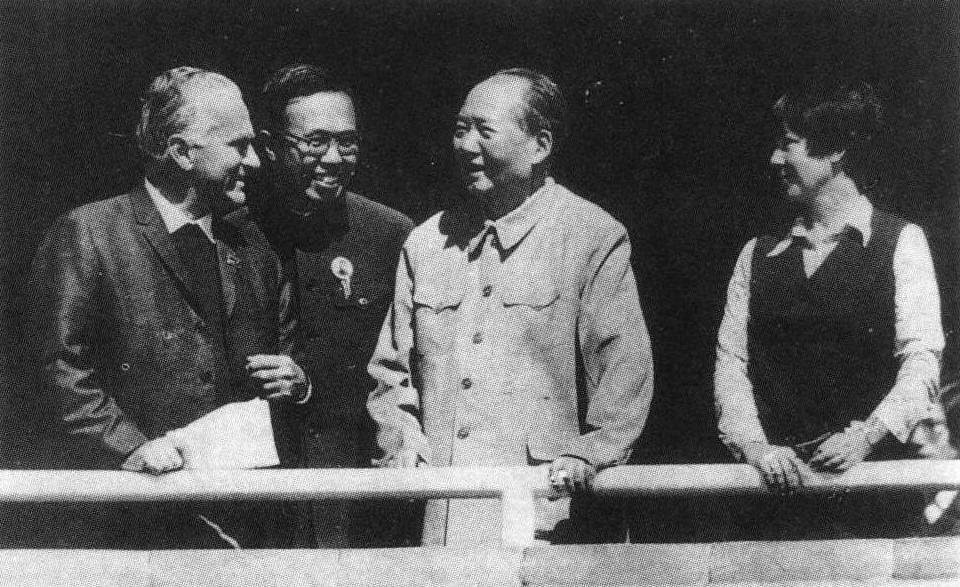 毛澤東愛跟美國記者斯諾(Edgar Snow,圖左)交談。圖片攝於1970年天安門。