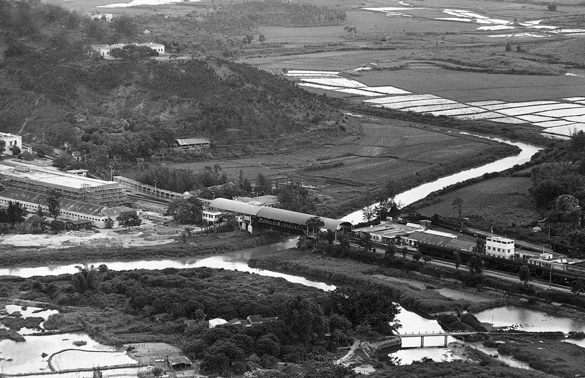 1971年的深圳河兩岸,當時中國還未改革開放,深圳尚未啟動城市化發展。(圖片來源:AP)