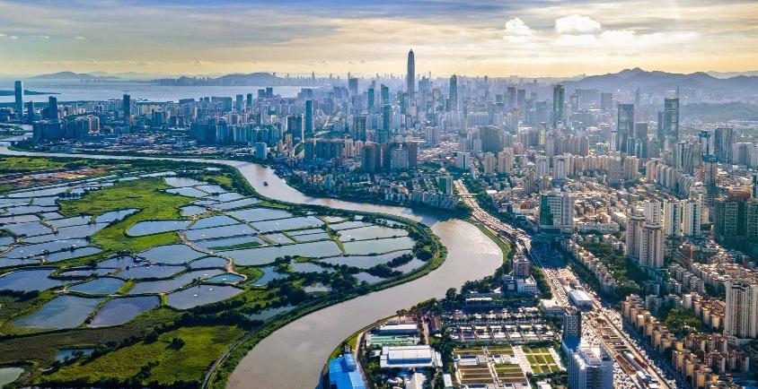 改革開放逾40載,如今深圳河兩岸,左邊是香港落馬洲的農田,右則深圳處處高樓。