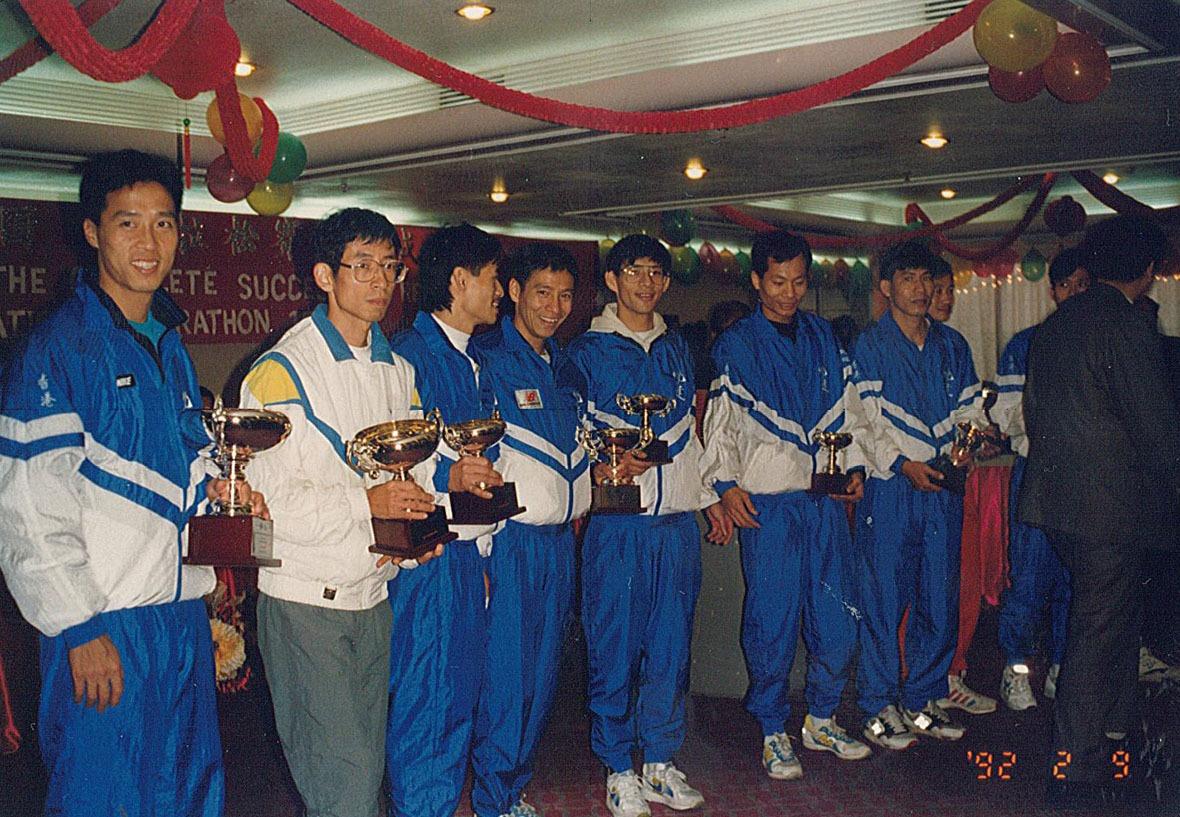 1992年港深馬拉松頒獎禮,圖為吳輝揚(左一)、植浩星(左二)、李嘉綸(左四)、馮宏德(左五)、黃熾深(左六)及羅金福(左七)等。