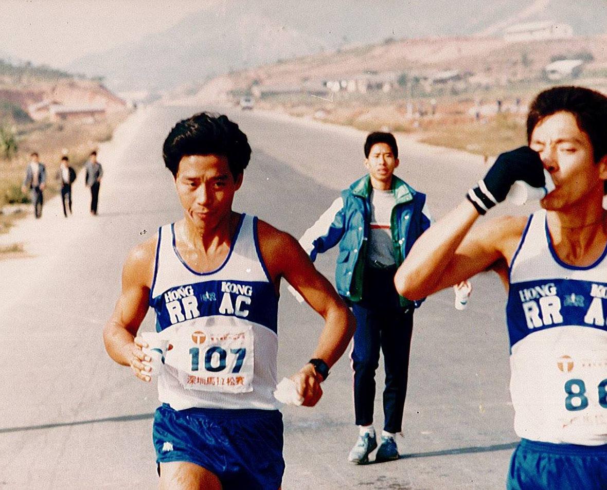 香港跑手吳輝揚(左)在1992年港深馬拉松跑出2小時24分51秒的紀錄,創下香港華人最快馬拉松時間。這個紀錄一直保持了27年,2019年才被黃尹雋以2小時20分58秒的成績打破。 圖為1986年他參加深圳馬拉松的情況,當時深圳尚未發展為現代化都市。