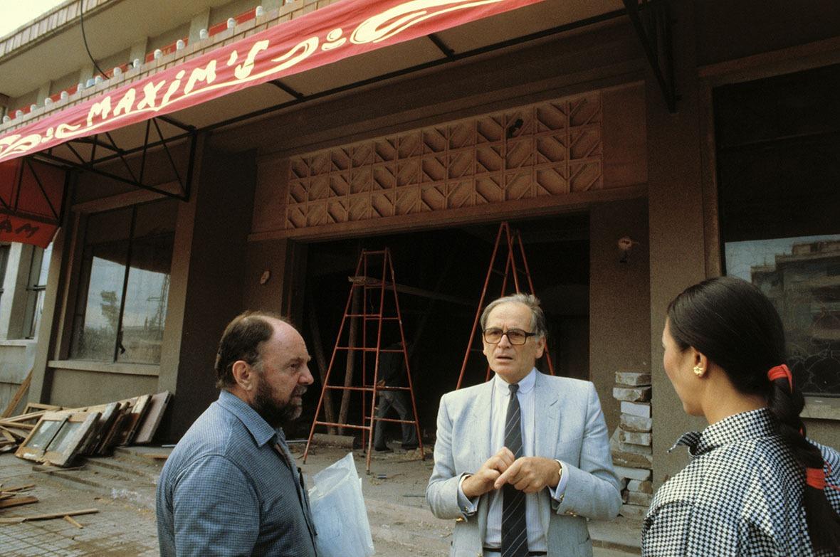 1983年皮爾‧卡丹(Pierre Cardin,圖中)親自來到北京監督餐廳裝修事宜。