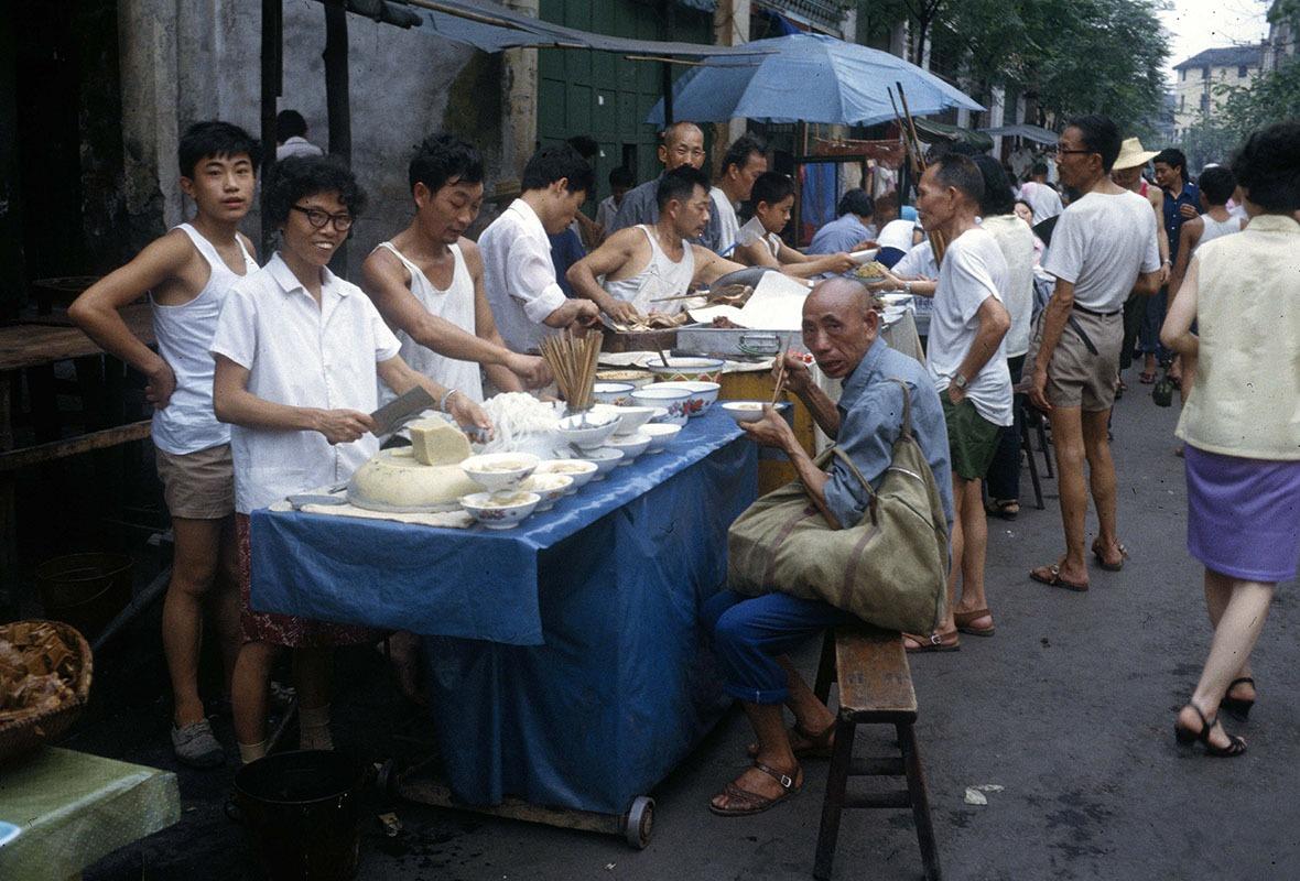 80年代中國,只有很少人能負擔上餐館,大多數人會光顧路邊攤販。圖為1982年重慶。