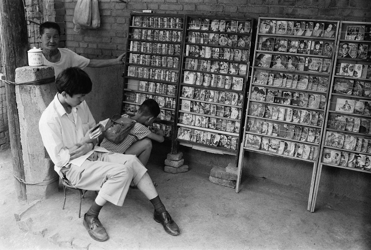 無論大人小朋友都能在小人書找到樂趣。圖為1977年的西安。